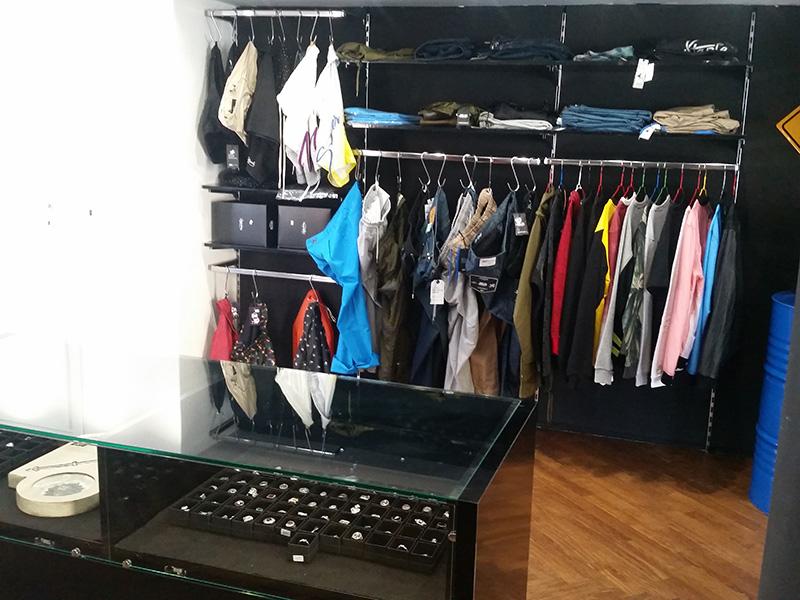 Arredamento negozio abbigliamento arredo negozi vestiti for Montaggio arredamenti negozi