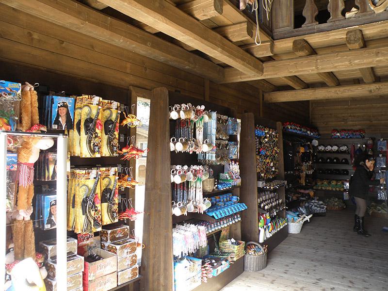 Arredamento negozio di gadget arredo negozio giocattoli for Negozi arredamento bergamo
