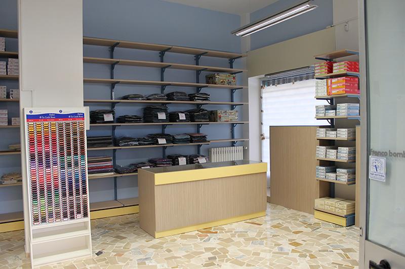 Arredamento negozio abbigliamento arredo negozi vestiti for Arredamento negozi milano