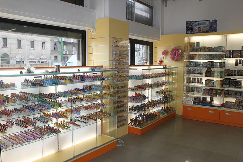 Arredamento negozio per hobby milano arredo negozio for Arredamento vetrine