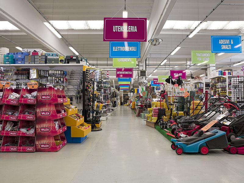 Arredamenti per negozi scaffali per negozi pannelli for Negozi di belle arti milano