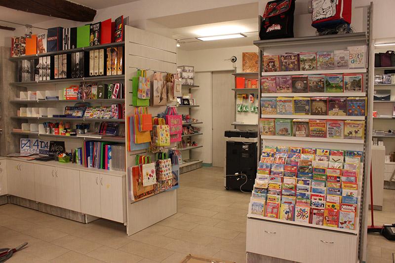 Arredamento cartoleria como arredo negozio cartoleria for Arredamento vetrine