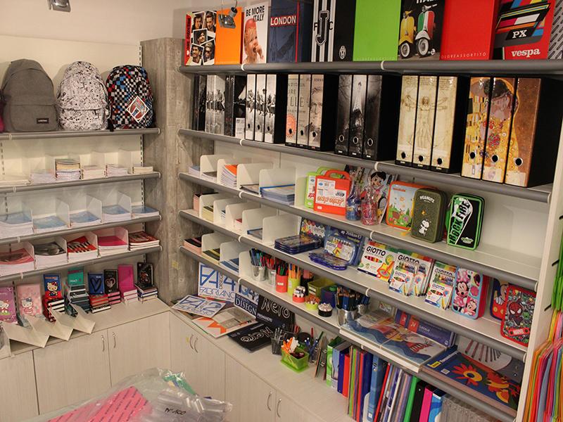 Negozi arredamento como immagini ispirazione sul design for Arredamento negozi roma