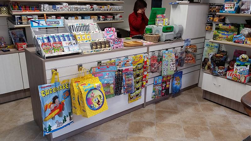Arredamento edicola arredo negozio edicola negozio giornali for Riviste di arredamento