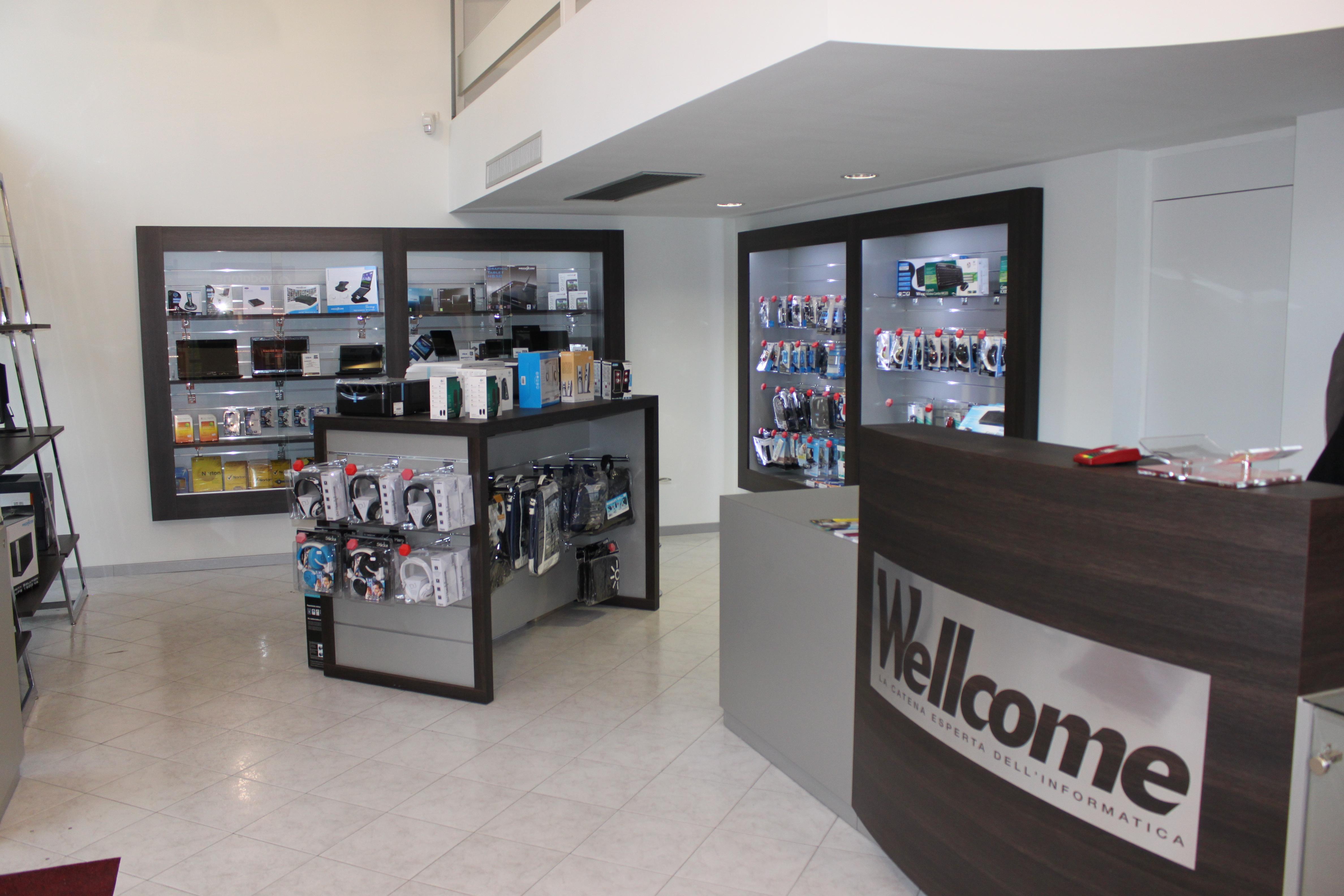 Arredamento per negozi di informatica modul group for Arredamento negozi milano